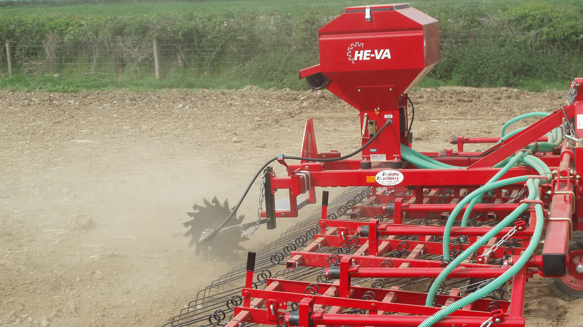 Here, the Multi-Seeder is mounted on a Weeder, which makes it possible to seed while distributing the stubble around the field.