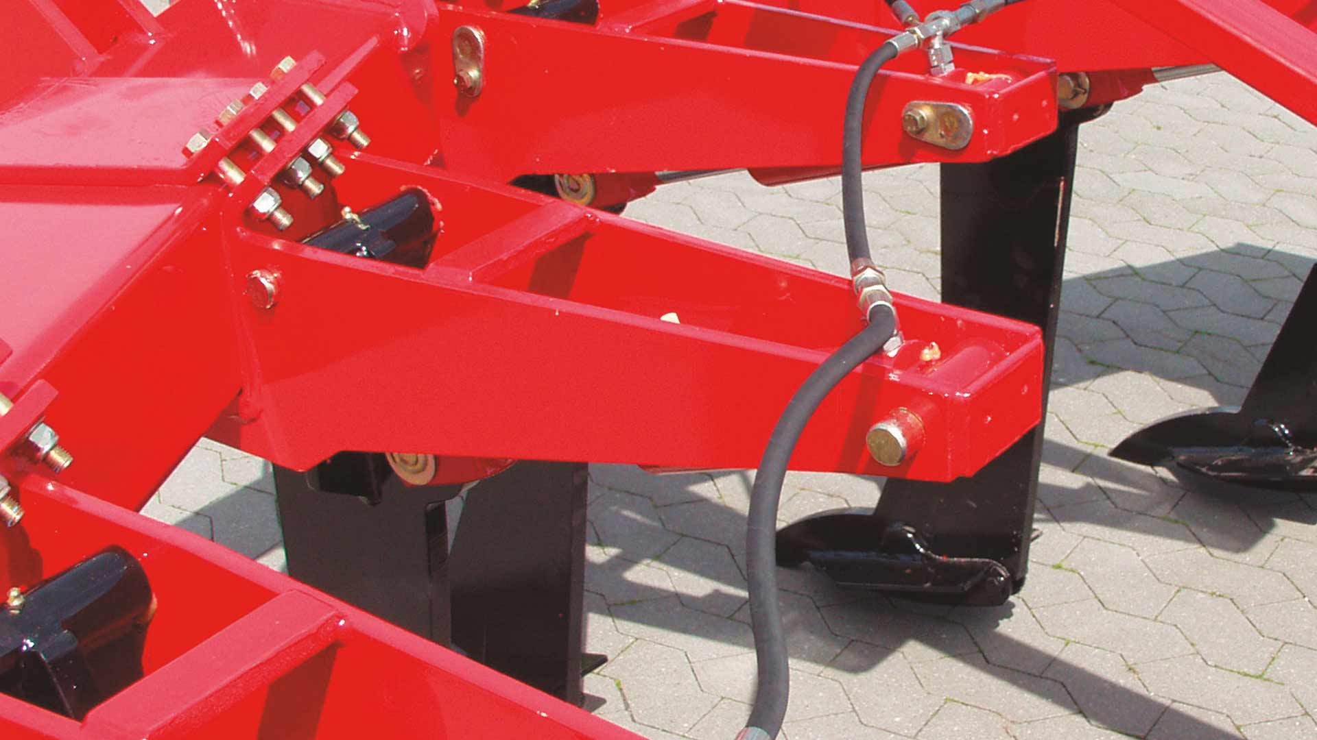 For stony soil types, a HE-VA Sub-Tiller can be equipped with hydraulic stone protection. A cylinder on each tine ensure that the tines automatically swing upwards to deviate from the obstacles in the soil.