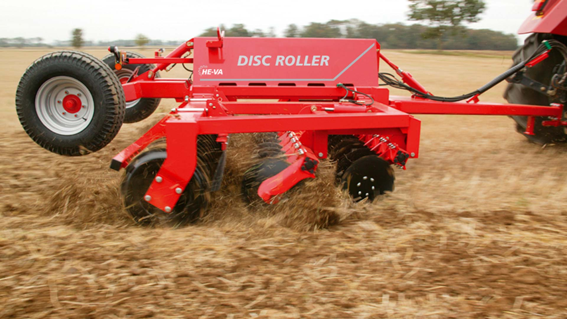 Disc-Roller Classic with 2 sections are especially suitable for medium-sized and bigger farms. The 2-section design requires more than 130 HP of the tractor in order to get maximum intersection. Disc-Roller Classic with 2 sections come in both trailed and three-point mounted models.